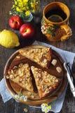 Πίτα και τσάι της Apple με το λεμόνι σε μια μεγάλη κεραμική κούπα Στοκ Εικόνα