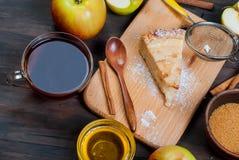 Πίτα και τσάι της Apple σε έναν ξύλινο πίνακα Στοκ Φωτογραφίες
