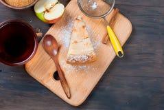Πίτα και τσάι της Apple σε έναν ξύλινο πίνακα Στοκ εικόνα με δικαίωμα ελεύθερης χρήσης