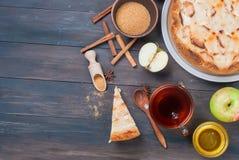 Πίτα και τσάι της Apple σε έναν ξύλινο πίνακα Στοκ φωτογραφίες με δικαίωμα ελεύθερης χρήσης