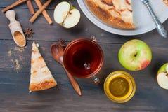 Πίτα και τσάι της Apple σε έναν ξύλινο πίνακα Στοκ εικόνες με δικαίωμα ελεύθερης χρήσης