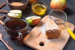 Πίτα και τσάι της Apple σε έναν ξύλινο πίνακα Στοκ Φωτογραφία