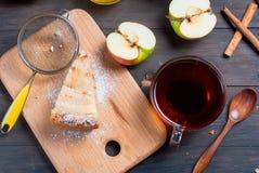 Πίτα και τσάι της Apple σε έναν ξύλινο πίνακα Στοκ φωτογραφία με δικαίωμα ελεύθερης χρήσης