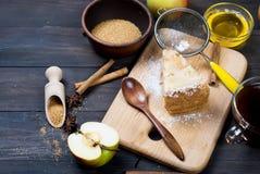 Πίτα και τσάι της Apple σε έναν ξύλινο πίνακα Στοκ Εικόνα