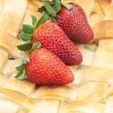Πίτα και φράουλες της Apple Στοκ Φωτογραφία