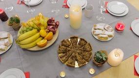 Πίτα και φρούτα στον εορταστικό πίνακα στοκ εικόνα