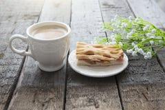 Πίτα και φλιτζάνι του καφέ της Apple με τα λουλούδια στον πίνακα Στοκ Φωτογραφίες