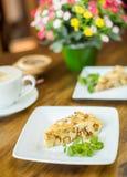 Πίτα και cappuccino της Apple σε έναν ξύλινο πίνακα Στοκ Εικόνα