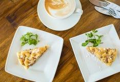 Πίτα και cappuccino της Apple σε έναν ξύλινο πίνακα Στοκ φωτογραφία με δικαίωμα ελεύθερης χρήσης