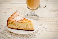 Πίτα και cappuccino της Apple σε ένα ελαφρύ ξύλινο υπόβαθρο Στοκ Φωτογραφία