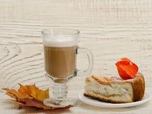 Πίτα και cappuccino της Apple σε ένα ξύλινο υπόβαθρο Στοκ Εικόνες