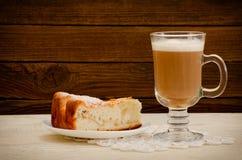 Πίτα και cappuccino της Apple σε ένα ξύλινο υπόβαθρο Στοκ φωτογραφία με δικαίωμα ελεύθερης χρήσης