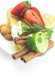 Πίτα, κανέλα, chamomile, ασβέστης και φράουλες της Apple Στοκ φωτογραφία με δικαίωμα ελεύθερης χρήσης