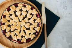 Πίτα κερασιών με τις διακοσμήσεις μορφής καρδιών στοκ εικόνες