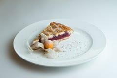 Πίτα κερασιών σε ένα άσπρο πιάτο Στοκ Εικόνα