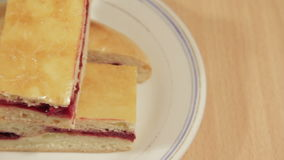 Πίτα κερασιών στο άσπρο πιάτο απόθεμα βίντεο