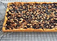 Πίτα κουλουρακιών με τη μαρμελάδα και ξύλα καρυδιάς στην ψύξη του ραφιού στοκ φωτογραφία με δικαίωμα ελεύθερης χρήσης