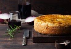 Πίτα κρέατος δοχείων με το ξύλινο υπόβαθρο κρασιού στοκ εικόνες