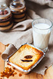 πίτα κρέμας μήλων που κτυπι Πίτα των μήλων με τη μαρέγκα σε ένα σκοτεινό υπόβαθρο Πίτα της Apple και κρίνος της κοιλάδας Στοκ Φωτογραφίες