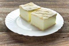 Πίτα κρέμας με τα στρώματα της ζύμης ριπών στο πιάτο στον πίνακα στοκ εικόνες