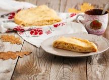 Πίτα λάχανων στο ξύλινο υπόβαθρο Στοκ φωτογραφία με δικαίωμα ελεύθερης χρήσης