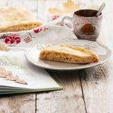 Πίτα λάχανων στο ξύλινο υπόβαθρο Στοκ εικόνα με δικαίωμα ελεύθερης χρήσης