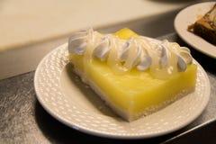 Πίτα λεμονιών σε ένα άσπρο πιάτο στοκ φωτογραφία