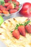 Πίτα, μήλα και φράουλες Στοκ εικόνα με δικαίωμα ελεύθερης χρήσης