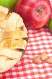 Πίτα, μήλα, κανέλα και αμύγδαλα της Apple Στοκ Φωτογραφία