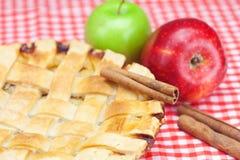 Πίτα, μήλα, κανέλα και αμύγδαλα της Apple Στοκ Εικόνες