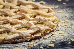 Πίτα μήλων κινηματογραφήσεων σε πρώτο πλάνο με τα αμύγδαλα και τη ζάχαρη τήξης Στοκ εικόνα με δικαίωμα ελεύθερης χρήσης