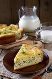 Πίτα με τα κρεμμύδια και τα αυγά στον ξύλινο πίνακα Στοκ Εικόνες