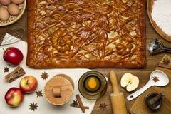 Πίτα με τα συστατικά και τα εργαλεία για Στοκ φωτογραφία με δικαίωμα ελεύθερης χρήσης