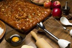 Πίτα με τα συστατικά και τα εργαλεία Στοκ Εικόνες