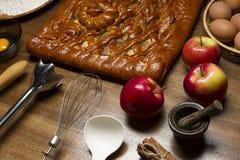 Πίτα με τα συστατικά και τα εργαλεία για Στοκ Εικόνα