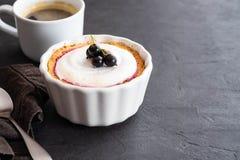 Πίτα με την πλήρωση φρούτων και μούρων και μαρέγκα με ένα φλιτζάνι του καφέ σε ένα μαύρο υπόβαθρο Στοκ εικόνα με δικαίωμα ελεύθερης χρήσης