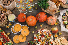 Πίτα με τις ντομάτες κερασιών, πίτα κολοκύθας, πορτοκάλι και τσάντα εγγράφου με τα καρύδια Στοκ Φωτογραφία