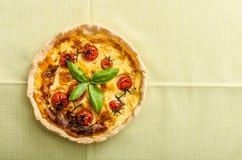 Πίτα με τις ντομάτες τυριών και κερασιών Στοκ Εικόνες