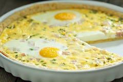Πίτα με το ζαμπόν και τα αυγά Στοκ Εικόνες