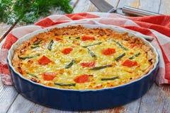 Πίτα με το σολομό, το πράσινα φασόλι και το τυρί τυριού Emmental Στοκ φωτογραφίες με δικαίωμα ελεύθερης χρήσης