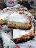 Πίτα με το τυρί και τα μήλα εξοχικών σπιτιών Στοκ εικόνα με δικαίωμα ελεύθερης χρήσης