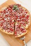 Πίτα μούρων με την κτυπημένη πλήρωση κρέμας και τη σκόνη ζάχαρης Στοκ φωτογραφία με δικαίωμα ελεύθερης χρήσης