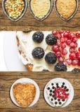 Πίτα μούρων της Apple με την κόκκινη σταφίδα και το βατόμουρο Στοκ εικόνες με δικαίωμα ελεύθερης χρήσης