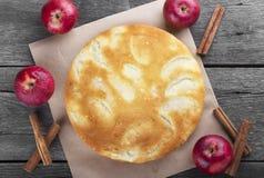 Πίτα μπισκότων της Apple σε ένα σκοτεινό ξύλινο υπόβαθρο Στοκ Φωτογραφία