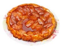 Πίτα ξινό Tatin της Apple στο πιάτο που απομονώνεται Στοκ Φωτογραφία