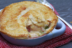 Πίτα δοχείων κοτόπουλου και μπέϊκον με το τυρί Στοκ φωτογραφία με δικαίωμα ελεύθερης χρήσης