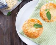 Πίτα δοχείων κοτόπουλου με το τυρί και το βασιλικό Στοκ Φωτογραφίες