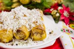 Πίτα ρόλων τυριών με το ποτήρι του γιαουρτιού Στοκ Φωτογραφίες