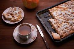 Πίτα Σαρλόττα της Apple στον ξύλινο πίνακα Στοκ Φωτογραφία