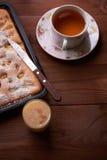 Πίτα Σαρλόττα της Apple στον ξύλινο πίνακα Στοκ φωτογραφία με δικαίωμα ελεύθερης χρήσης